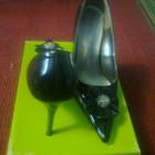 Женские элегантные классические черные лакированные туфли с замечательной брошью, уп 15