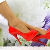 красные лаковые босоножки на шпильке с открытым носком