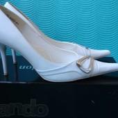 Белые вечерние туфли производства Чехии , полномерный 39 размер