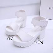 Босоножки белые на каблуке Б736
