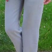 Тонкие голубые брюки с высокой посадкой.