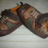 Фирменные Clarks кожаные кроссовки пинетки мальчику 18-19 размер