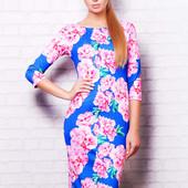 Женское платье с ярким цветочным принтом розовые цветы