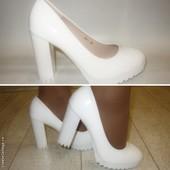 Туфли женские белые каблук тракторная подошва