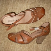 Кожаные туфли открытого типа на устойчивом каблуке
