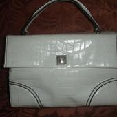 Фирменная стильная белая сумка с тиснением под крокодилью кожу