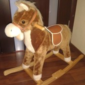 Конь качалка издает звуки