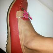 Красные кожаные мокасины