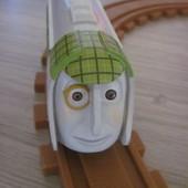 Железная дорога с паровозиком.