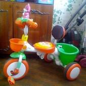 Трехколесный яркий велосипед