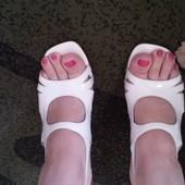 Белые босоножки на каблуке 38