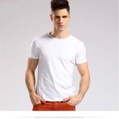 Белая футболка без надписей.