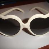 Солнцезащитные очки сердечки черные в белой оправе