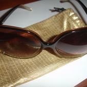 Новые стильные солцезащитные очки от Avon в футляре