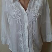 Красивая белая льняная рубашка