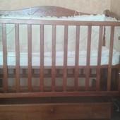 Очень красивая детская кроватка из дерева, матрас и набор постельного