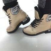 Зимние ботинки золотые с декорированным каблуком