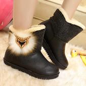 Качественные женские зимние ботинки с брелком-значком
