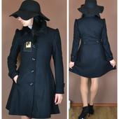 Женственное приталенное пальто с акцентом на плечах и подолом-трапецией  OW4808