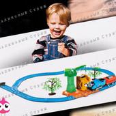 Железная дорога со звуком и светом Томас, паровоз с вагоном, деревья кран, thomas, поезд