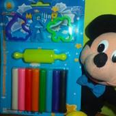 Очаровательный набор для детского творчества - модулин для лепки, каталка и три формочки.