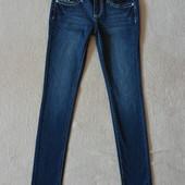 Фирменные классные джинсы с вышивкой на карманах