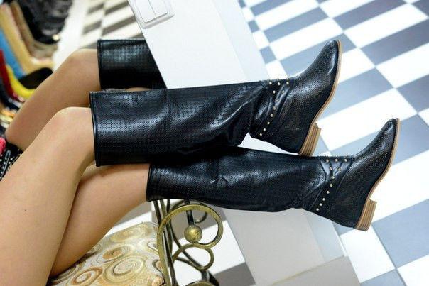 Женские Черные Ботфорты сапоги высокие на низком ходу перфорация с шипами фото №1