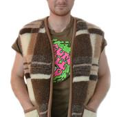 Мужская шерстяная безрукавка у квадрати