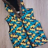 Яркая жилетка Batman на 5-6 лет.