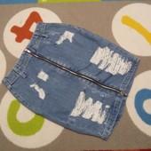 Крутая джинсовая рваная юбка от Divided, размер 32