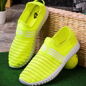 Яркие стильные женские кроссовки без шнеровки