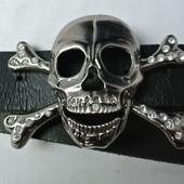 Стильный байкерский ремень с черепом и стразами.