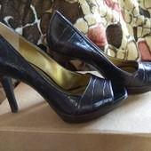 Фирменные кожаные туфли,  в идеальном состоянии 39р.