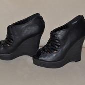 сток Большой выбор обуви разных размеров и фасонов