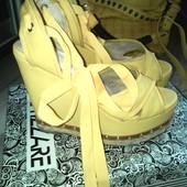 Шикарные брендовые желтые босоножки на завязках Attizzare