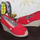38 24см toms текстильные туфли с открытым носочком на танкетке