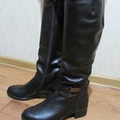 Зимние высокие кожаные сапоги на маленьком каблучке.