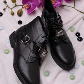 Стильные короткие женские ботинки без каблука