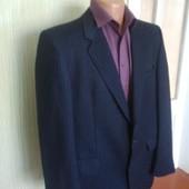 Діловий темно-синій костюм