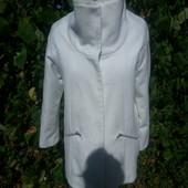 оригинальное белое пальто с высоким воротником