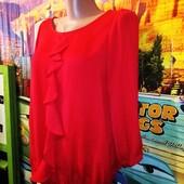 Блуза с воланом zara алого цвета