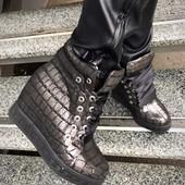 Стильные ботинки-сникерсы. Натуральная кожа под рептилию, внутри набивная шерсть.