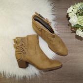 (39р./26см) Graceland! Базовые полусапожки на скошенном каблуке с декоративной бахромой