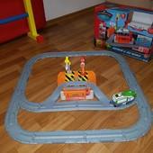 Железная дорога Chuggington Коко на ремонтной станции с коробкой