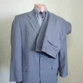 Сірий діловий костюм