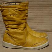 Темно-желтые короткие фирменные кожаные сапоги Tamaris Германия 39 р.