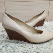 Туфлі із натуральної лакованої шкіри зовні і нат.шкірр зсередини 35 р-ри.