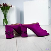 Сабо на среднем каблуке украшенным жемчугом