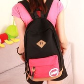Рюкзак черный с красным карманом.