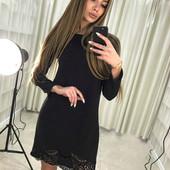 Стильное черное платье декорировано кружевом